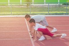 El muchacho asiático joven lindo se prepara para comenzar a correr Foto de archivo libre de regalías