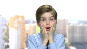 El muchacho asustado del preadolescente está gritando almacen de metraje de vídeo