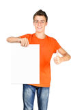 El muchacho brillante del adolescente que muestra los pulgares sube la muestra Foto de archivo libre de regalías