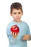 El muchacho cansó de manzanas Foto de archivo libre de regalías