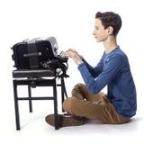 El muchacho caucásico adolescente se sienta con el acordeón en el piso del estudio Fotografía de archivo libre de regalías
