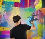 El muchacho colorea una pared Fotografía de archivo libre de regalías