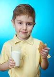 El muchacho come la empanada hecha en casa Fotos de archivo libres de regalías