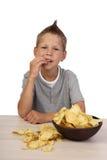 El muchacho come microprocesadores Foto de archivo