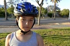 El muchacho con el casco está montando MonoWheel en la 'promenade' Foto de archivo