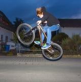 El muchacho con el dirtbike va aerotransportado foto de archivo libre de regalías