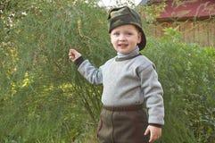 El muchacho con el espárrago Foto de archivo