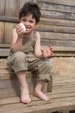 El muchacho con el huevo Imagenes de archivo