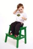 El muchacho con el lollipop en fondo ligero imágenes de archivo libres de regalías