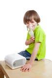 El muchacho con el nebulizador Imagen de archivo libre de regalías