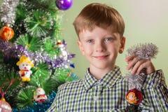 El muchacho con el símbolo del mono del año Imagen de archivo libre de regalías