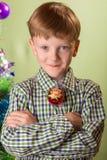 El muchacho con el símbolo del mono del año Imagen de archivo