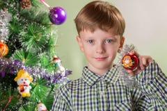 El muchacho con el símbolo del mono del año Fotografía de archivo