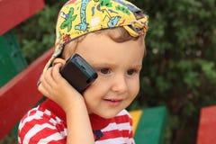 El muchacho con el teléfono. Foto de archivo