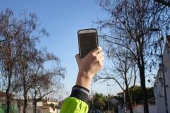 El muchacho con el teléfono fotografía de archivo