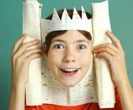 El muchacho con la imaginación rica representa al rey Imagenes de archivo