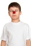 El muchacho con la mariquita en nariz hace las caras, primer del retrato de la diversión del adolescente Fotografía de archivo libre de regalías