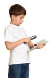 El muchacho con la tableta del ordenador encontró un insecto, concepto de la seguridad de información Imagenes de archivo