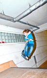 El muchacho con la vespa va aerotransportado Fotografía de archivo