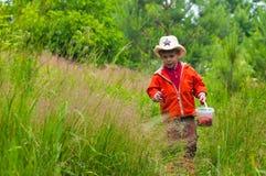 El muchacho con las bayas en el prado Imágenes de archivo libres de regalías