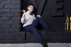 El muchacho con las bengalas Foto de archivo libre de regalías