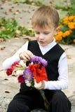 El muchacho con las flores Fotografía de archivo libre de regalías