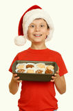 El muchacho con las galletas para santa, concepto de la Navidad de las vacaciones de invierno, amarillea entonado Foto de archivo