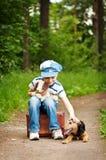 El muchacho con su perro Imagen de archivo libre de regalías