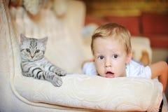 El muchacho con un gatito Foto de archivo