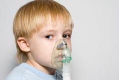 El muchacho con una máscara en la cara Fotografía de archivo libre de regalías