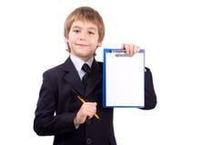 El muchacho con una tarjeta para escribe, aislado Imagen de archivo