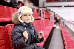 El muchacho consigue detrás de comando preferido en emparejamiento del hockey Imágenes de archivo libres de regalías