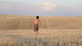 El muchacho consiste en el campo, el funcionamiento, el salto, el baile y caminar almacen de video