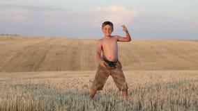 El muchacho consiste en el campo, el funcionamiento, el salto, el baile y caminar almacen de metraje de vídeo