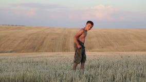 El muchacho consiste en el campo, el funcionamiento, el salto, el baile y caminar metrajes