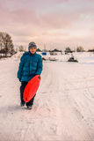 El muchacho cruzó el río en el hielo Imágenes de archivo libres de regalías