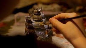 El muchacho da el equipo modelo plástico de junta de la nave en casa Afición y ocio Fotos de archivo