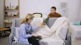 El muchacho da las flores a la abuela almacen de video