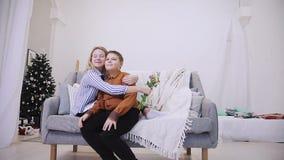 El muchacho da las flores a la muchacha almacen de video