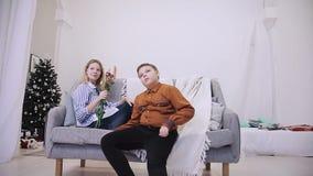 El muchacho da las flores a la muchacha almacen de metraje de vídeo