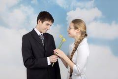 El muchacho da las flores a la novia Foto de archivo libre de regalías