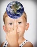 El muchacho da vuelta al globo Imagen de archivo
