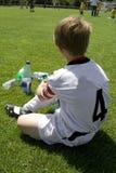 El muchacho de Exausted toma un resto Imagen de archivo libre de regalías