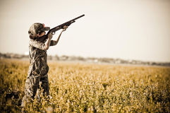 El muchacho de la caza de la paloma tira abajo palomas Imágenes de archivo libres de regalías