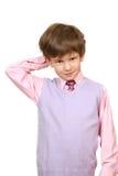 El muchacho de la confusión en una camisa rosada Foto de archivo
