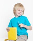 El muchacho de la edad preescolar con el libro Foto de archivo libre de regalías