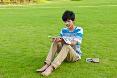 El muchacho de la lectura Foto de archivo libre de regalías
