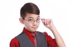 El muchacho de mirada elegante inclina los vidrios abajo Imagenes de archivo