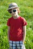 El muchacho de pelo rubio en camisa roja Foto de archivo libre de regalías