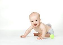 El muchacho de seis meses se sienta en el fondo blanco Imagen de archivo libre de regalías